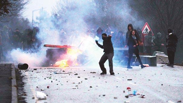 Öğrencilere polisle çatışma eğitimi vermişler…