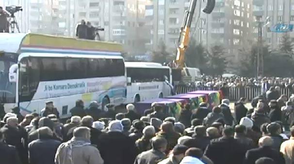 3 PKK'lı kadının cenazesine 200 bin kişi katıldı