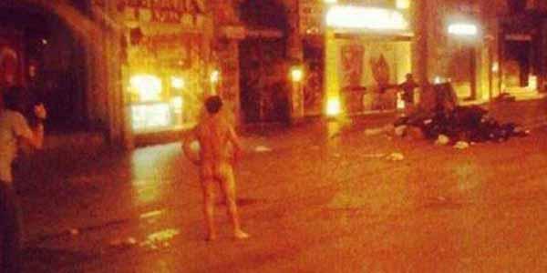 İstiklal'de gösterici polise çırılçıplak meydan okudu