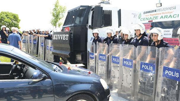 Cenaze törenine polisten barikat