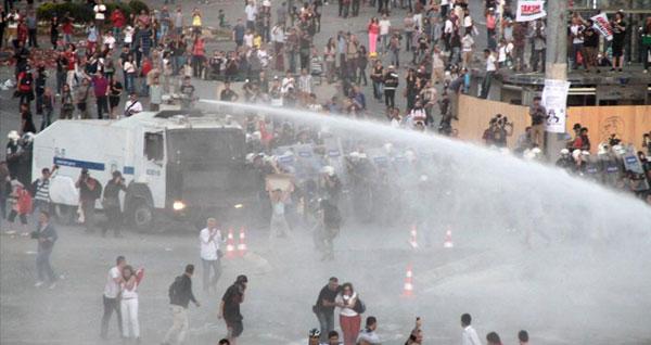 Taksim'de karanfilli anmaya polis müdahalesi