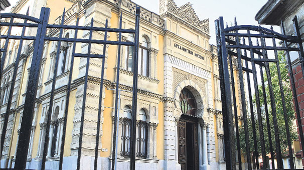 Selanik'te 3 kişi namaz kılınca cami kapandı