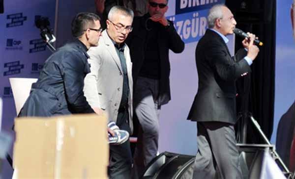 Kemal Kılıçdaroğlu'na ayakkabı attı
