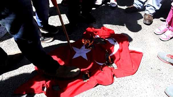 Çok çirkinleştiler!.. Türk bayrağına saldırı..