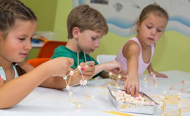 Çocuklar ile lokumdan köprü yapımı