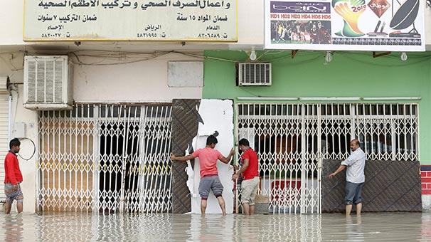 Suudi Arabistan'ı fırtına ve sel vurdu