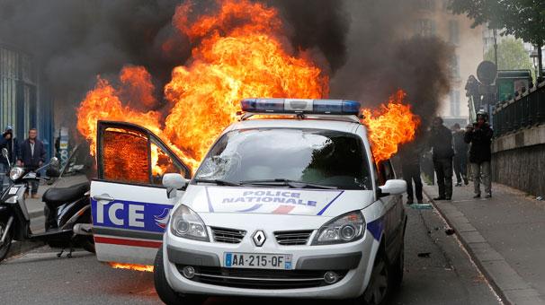 Paris alev alev yanıyor