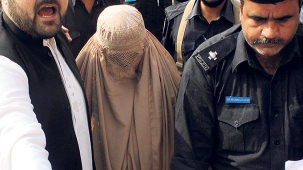 Pakistan 'Afgan kız'ı bu kez sınırdışı etti