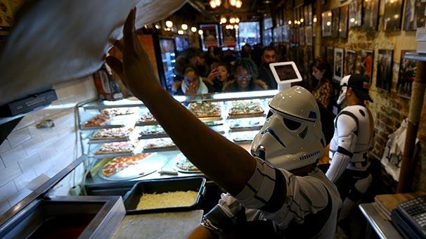 Diyarbakırlı pizzacı Hakkı Akdeniz 'Prenses Leia' için pizza dağıttı