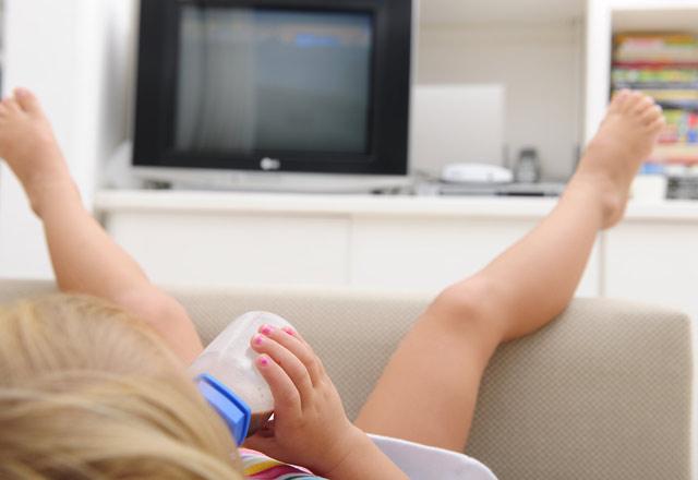 Odasında televizyon olan çocuklar tehdit altında