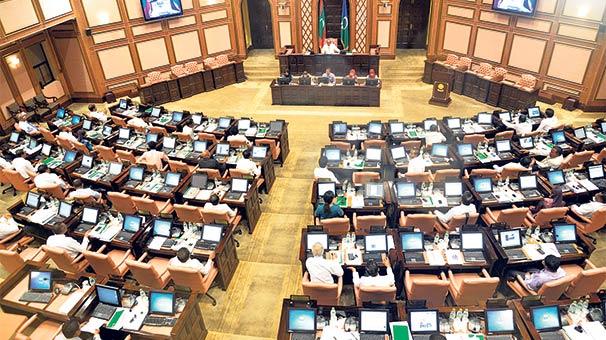 Devlet başkanı, vekillerin girmesini engellemek için parlamentoyu kilitledi 74