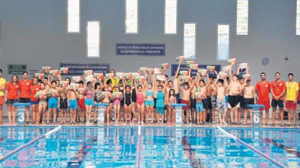 Yüzme kursunda sertifika sevinci