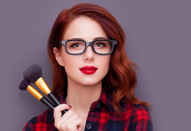 Gözlük kullanırken kaçınmanız gereken makyaj hataları