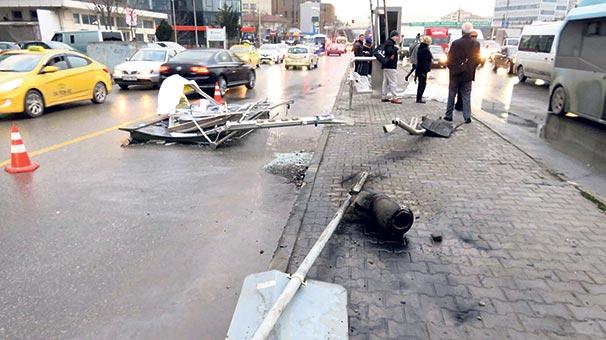 Kadıköy'de TIR durağı parçaladı