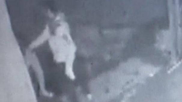 Bir kadın boşanmak istediği eşi tarafından sokak ortasında dövüldü