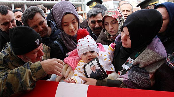 Şehidin 6 aylık kızı babasının tabutunu okşadı