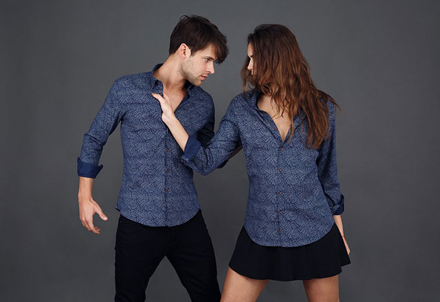 Erkek gömleği giymek 2018'de kadın moda trendi