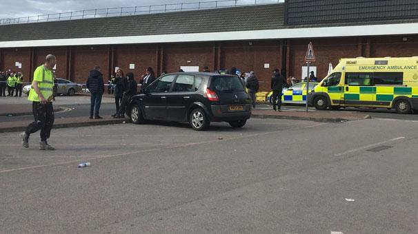 Manchesterda bir araç kalabalığa daldı