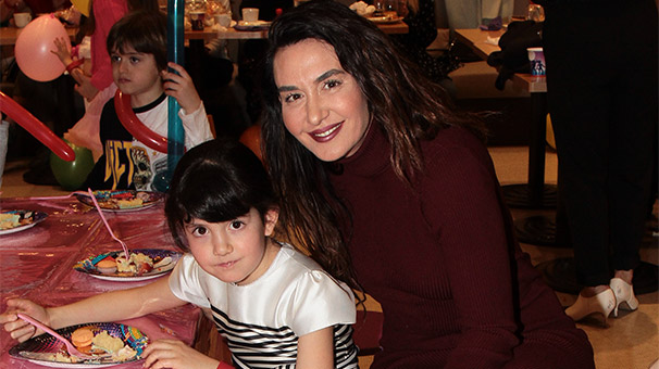 Ayşe Tolga kızıyla doğum gününde