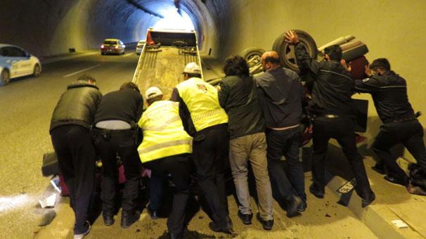 Tünelde zincirleme kaza; Araçlardan biri takla