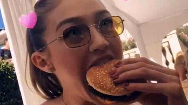 Üç dakikada iki hamburger yedi