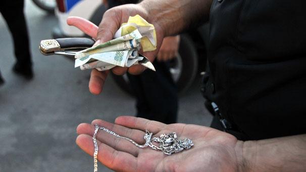 Motosikletine alıp, parasını ve kolyesini gasp etti