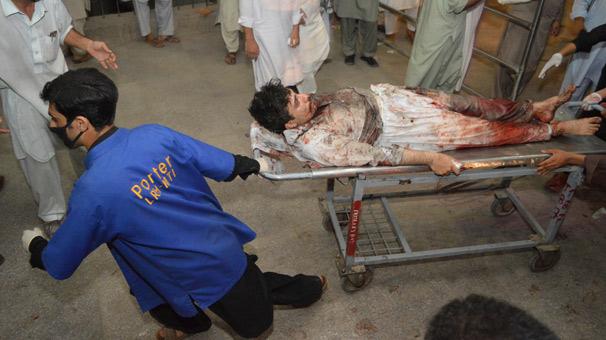 Pakistan'da milletvekiline bombalı saldırı