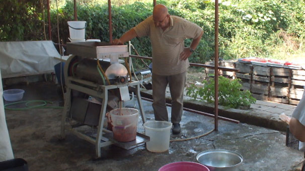 Kendi ürettiği makine ile günde 5 ton domates ve biberi salçaya dönüştürebiliyor