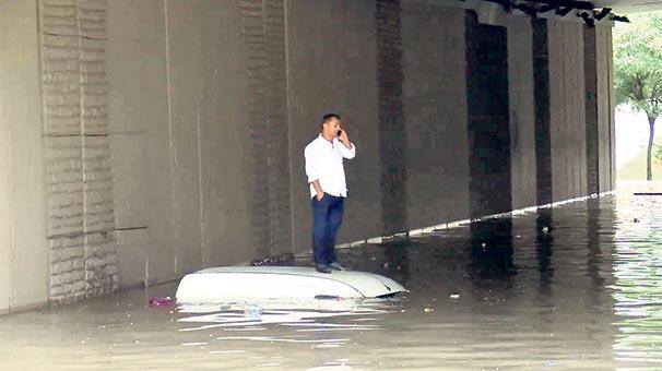 Boğaz'a çamur aktı  araçlar suya gömüldü