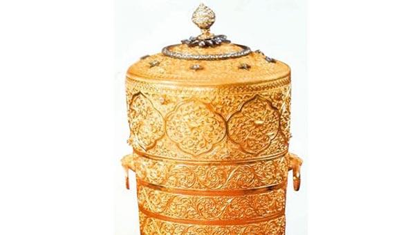 Hırsızlar, çaldıkları milyon dolar değerindeki altın sefer tasında yemek yedi