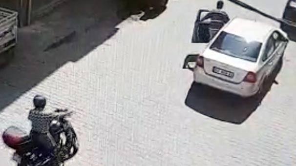 Otomobille motosiklet çarpıştı, sürücüler tokalaşıp ayrıldı