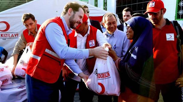 Albayrak Endonezyalı afetzedelere gıda paketi dağıttı