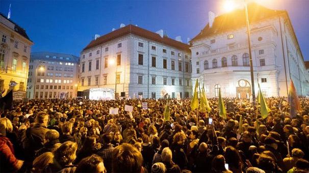 Avusturyalılar aşırı sağcı hükümete karşı sokağa döküldü