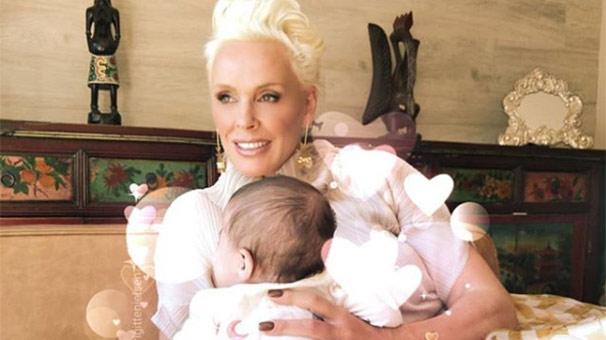 55'lik anne Brigitte Nielsen 4 aylık bebeğiyle