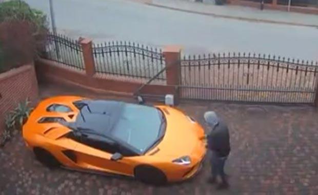 Kıskançlığın böylesi! Lamborghini'yi anahtarla çizdi