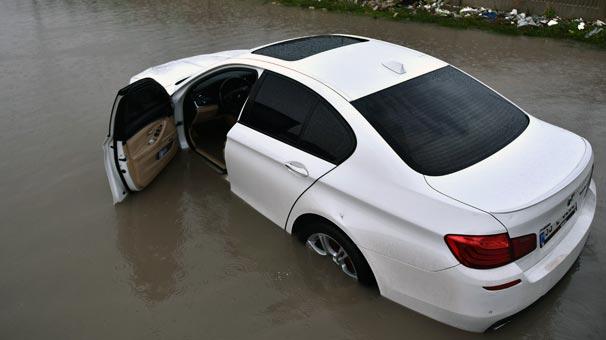 Çukurova sağanak yağışa teslim! Yollar göle döndü