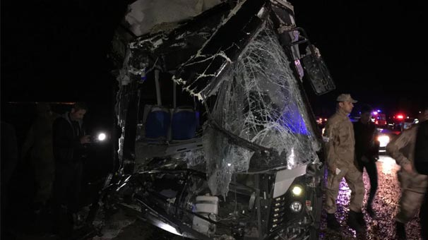 Son dakika   Yolcu otobüsü ile kamyon çarpıştı! Ölü ve yaralılar var...