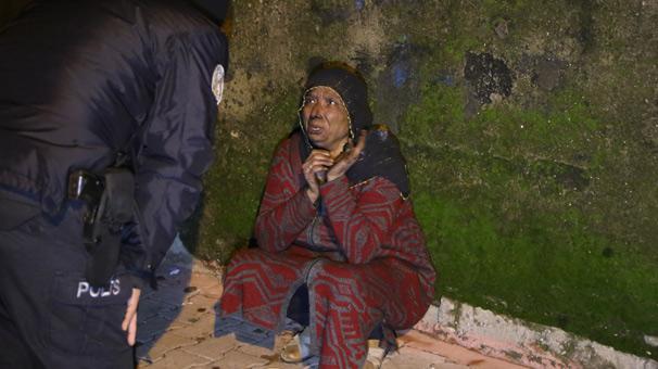 Evi yanan kadın gözyaşlarına boğuldu
