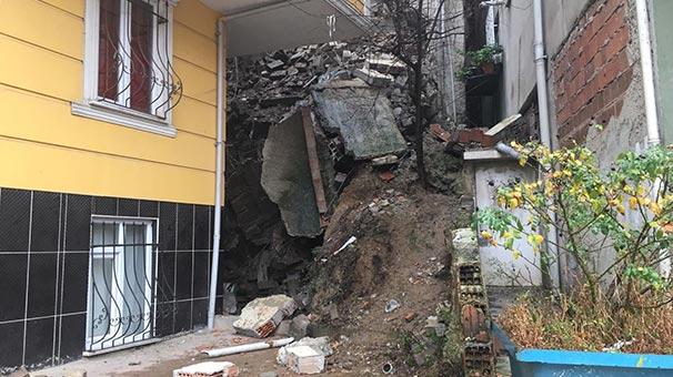 Kağıthane'de istinat duvarı çöktü! İki bina boşaltıldı...