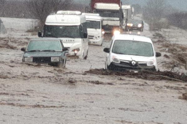 Son dakika: İzmir'de sel! Tire- Belevi karayolu trafiğe kapandı
