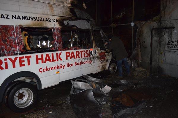 Çekmeköy'de CHP'nin seçim minibüsü yandı