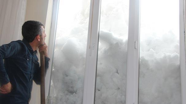 Kar kalınlığı 2 metreyi aştı, evler beyaz örtü altında kaldı