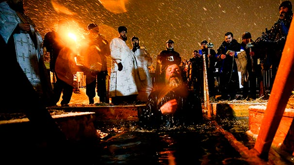 Buz gibi soğuk suya girerek kutladılar