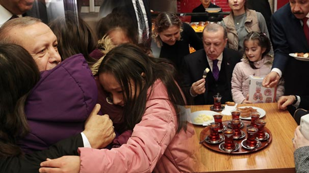 Cumhurbaşkanı Erdoğan önce oyuncak verdi sonra simit yedi! İşte o renkli görüntüler