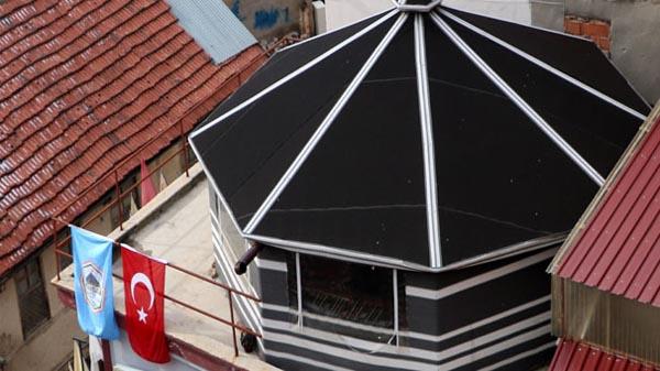İki katlı binanın çatısına otağ kuruldu!