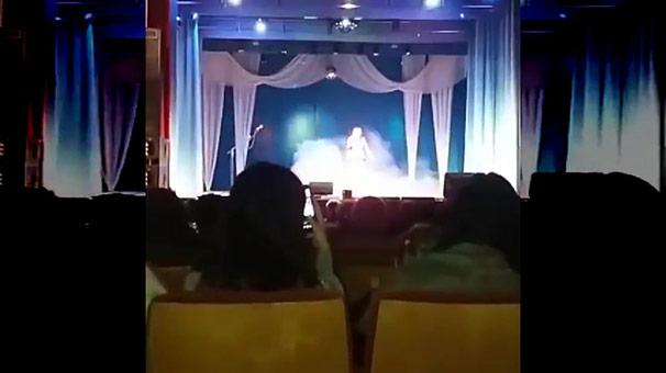 Ünlü şarkıcı sahnede öldü! Şok anlar kamerada...
