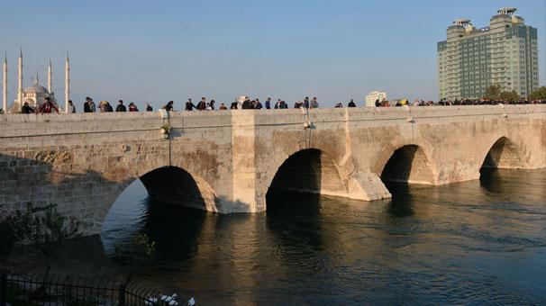 Kız çocuğu köprüden atlayıp kayboldu onlar fotoğraf çektirdi!
