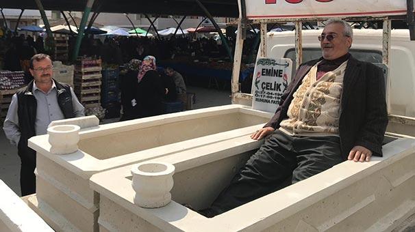 Semt pazarında satılan hazır mezarlar şaşırttı