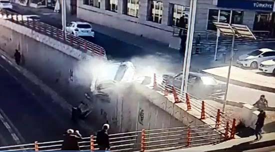 Otomobilin alt yola düşmesi kamerada; yayalar saniyelerle kurtulmuş