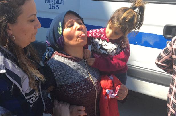 400 bin lira çaldı! Kucağında çocuğuyla gazetecilere dil çıkardı…
